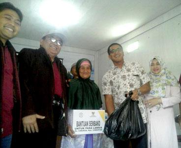 Penyerahan Bantuan Sembako kepada lansia Ketua Baznas Kabupaten Bandung, Dadang Zaim (kedua dari kiri), Imam Soetanto (kedua dari kanan) saat menyerahkan paket sembako kepada 80 orang lansia di Desa Ciburial, Kecamatan Cimenyan, Sabtu 8 April 2017.*